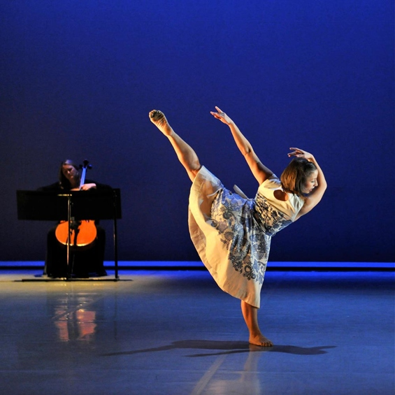 Azzurra Ardovini with cellist Jennifer Langridge in Richard Alston's All Alight for Phoenix Dance