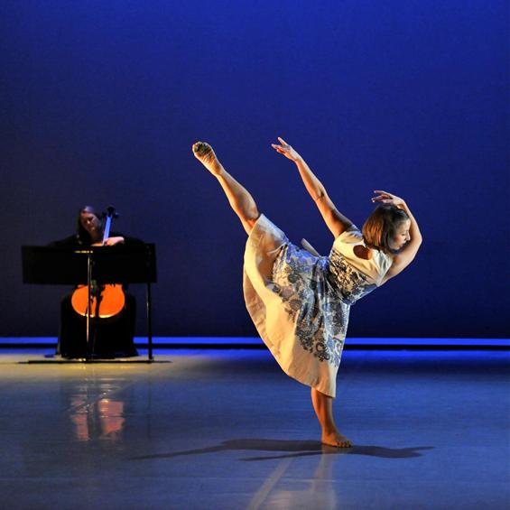 Azzurra Ardovini with cellist Jennifer Langridge in Richard Alston's All Alight for Phoenix Dance